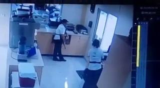 Impactante video: Vehículo casi provoca tragedia en un cafetería