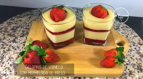Gelatina de vainilla con mermelada de fresa
