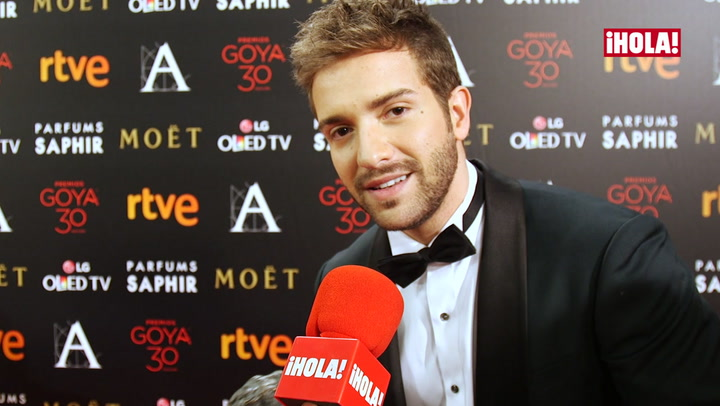Pablo Alborán, tan contento por su premio que se arranca a cantar