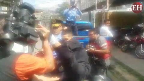 Detenido arremete contra camarógrafo mientras cubría la noticia
