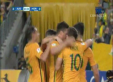 Nuevo disparo penal para Australia y anota el tercero