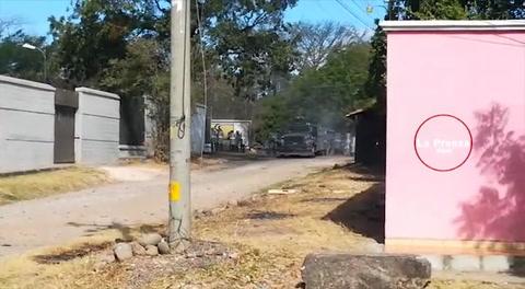 Manifestantes se enfrentan a la policía en Choluteca