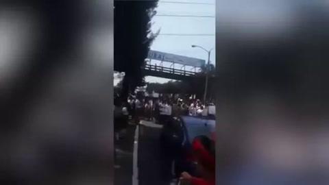 Vehículo embiste a 13 estudiantes durante manifestación