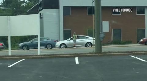 Mujer se hace pasar por mendiga y la sorprenden con tremendo auto