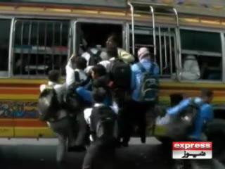 فیصل آباد؛ 44 کالجز کے طلبا بسوں میں لٹکنے اور چھت پر سفر کرنے پر مجبور