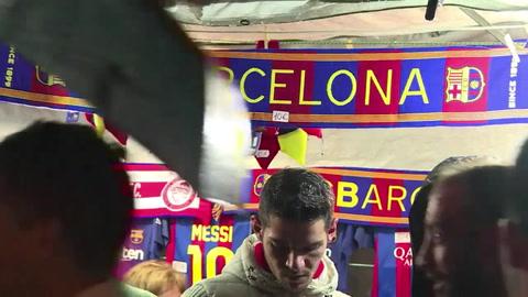 Reabre el Camp Nou para los aficionados divididos del Barcelona