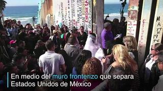 Pareja se casa en muro fronterizo entre México y Estados Unidos