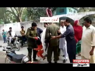 سیالکوٹ : طاقت کے نشے میں دھت پولیس افسر نے بچی کو زمین پر پٹخ دیا