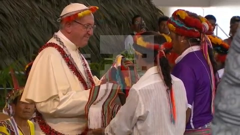 Papa Francisco luce una tawa, símbolo de sabiduría