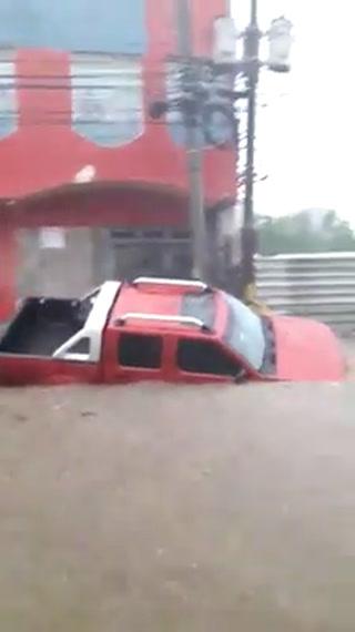 Caos desata en las calles lluvia de este lunes en San Pedro Sula