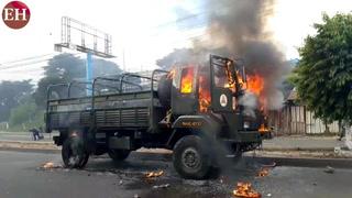 Manifestantes queman camión del ejercito en el Carrizal