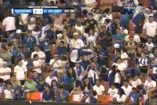 Rodolfo Zelaya anota el 1 - 2 de El Salvador ante Honduras