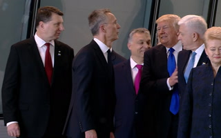 Trump empuja a primer ministro para ir al frente de comitiva