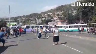 Transportistas se entretienen jugando