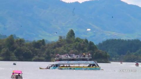 Momento en que una embarcación con turistas se hunde en Colombia
