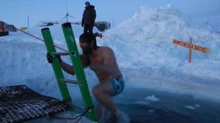 Celebran invierno en la Antártida con un baño helado
