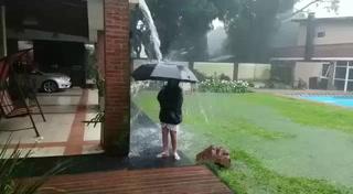 Un Niño se salva de un rayo que cayó  en plena tormenta mientras el jugaba en su patio
