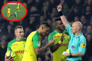 Federación Francesa suspende a árbitro que le dio patada a jugador