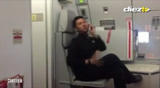 Un auxiliar de vuelo imita a Britney Spears y causa furor en las redes
