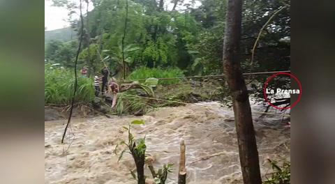 Bombero rescata a niño tras crecida de río en Omoa