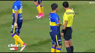 Recibe brutal codazo frente al árbitro, sangra y el árbitro no hace nada