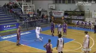 Jugador de baloncesto sorprendió con su nueva forma de lanzar los tiros libres en un partido de la Liga húngara