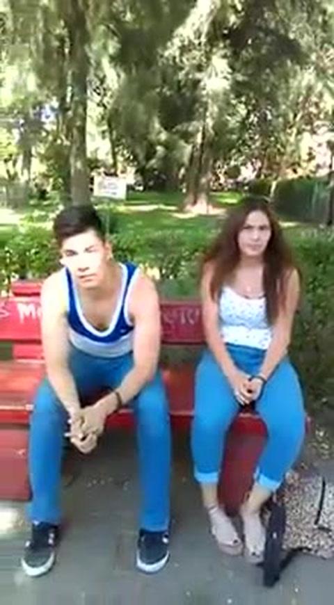 Hombre graba al novio de su hija besando a otra mujer en un parque