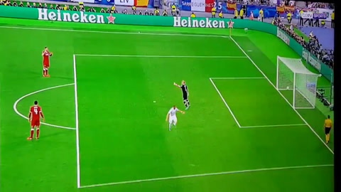 Karim Benzema anota el primer gol del Real Madrid ante Liverpool
