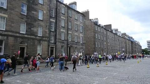 Miles de personas protestan en Edimburgo contra la visita de Trump a Escocia