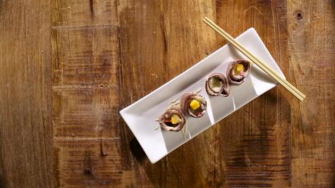 El sushi es el plato favorito de Bar Refaeli. Aprende a hacer la versión dulce