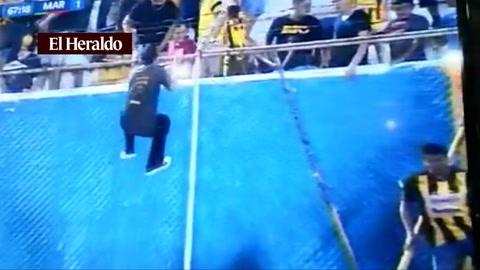 Invasión de cancha en el clásico sampedrano ante expulsión de entrenadores de Marathón07