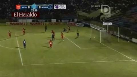 Roberto Moreira de penal marca  1-0 al Vida de la Ceiba