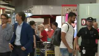 La afición del Atlético esperó a Diego Costa en la terminal del aeropuerto