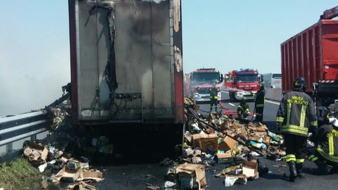 Camion in fiamme, inferno in autostrada