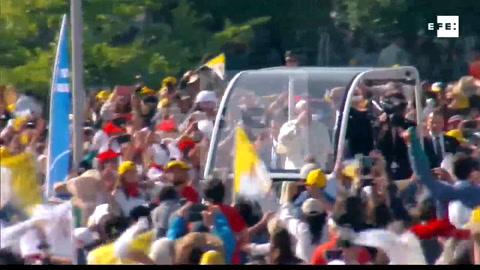 Un periódico golpea al papa Francisco durante su recorrido en papamóvil