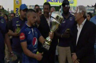 El triste episodio de Omar Elvir al recibir la copa del subcampeonato