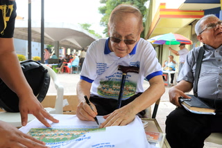 Chelato vende recuerdos de España 82 en el Parque Central de Tegucigalpa