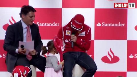 Fernando Alonso reparte ilusión entre los niños en la ciudad financiera de Banco Santander