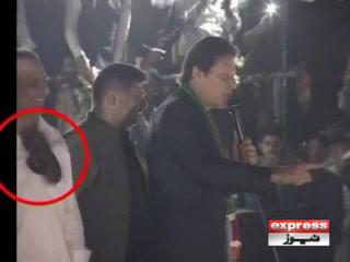 گجرات میں عمران خان کے خطاب کے دوران جوتا اچھال دیا گیا