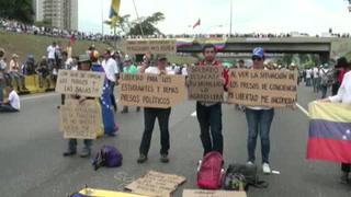 Miles de venezolanos paralizan vía durante protesta