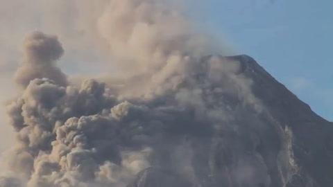 Volcán en Filipinas genera nube de cenizas