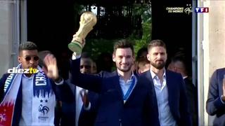 El pequeño susto de Lloris con el trofeo del Mundial Rusia 2018 en pleno festejo