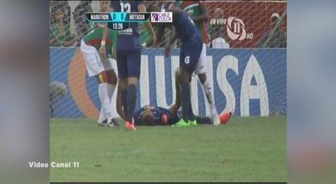 El duro choque de cabezas entre Eddie Hernández y Caue Fernandes