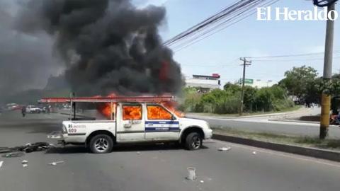 Le prenden fuego a vehículo del estado en el anillo periférico