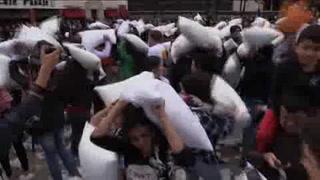 Colombianos piden por la paz con guerra de almohadas