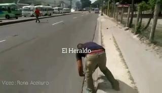 Transportistas y policías se enfrentan en un reten en el paro de transporte