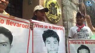 Padres de normalistas desaparecidos recorren embajadas