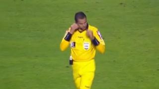 El árbitro pita el final y lo celebra... ¿Amaños en Brasil?
