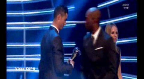 David Suazo entrega premio a Lionel Messi y Cristiano Ronaldo