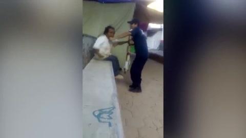 Indignante momento cuando Policía humilla a indigente en Xalpatláhuac